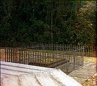 Могила Багратиона у памятника на редуте Раевского. 1911 г. Фотография С.М. Прокудина-Горского.